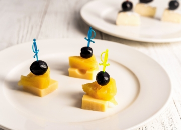 Канапе с сыром и ананасами